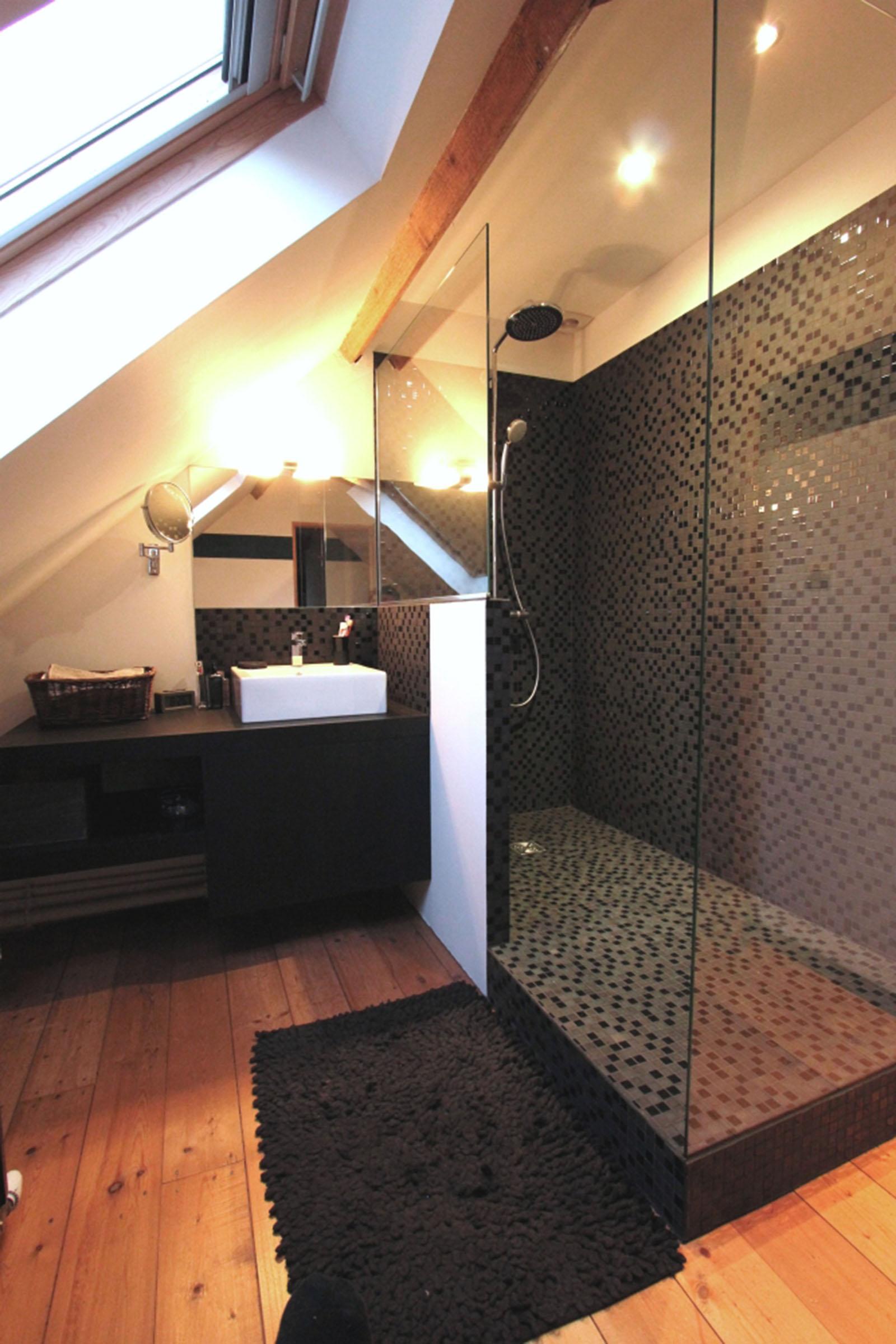 quelles astuces pour am nager une toute petite salle de. Black Bedroom Furniture Sets. Home Design Ideas