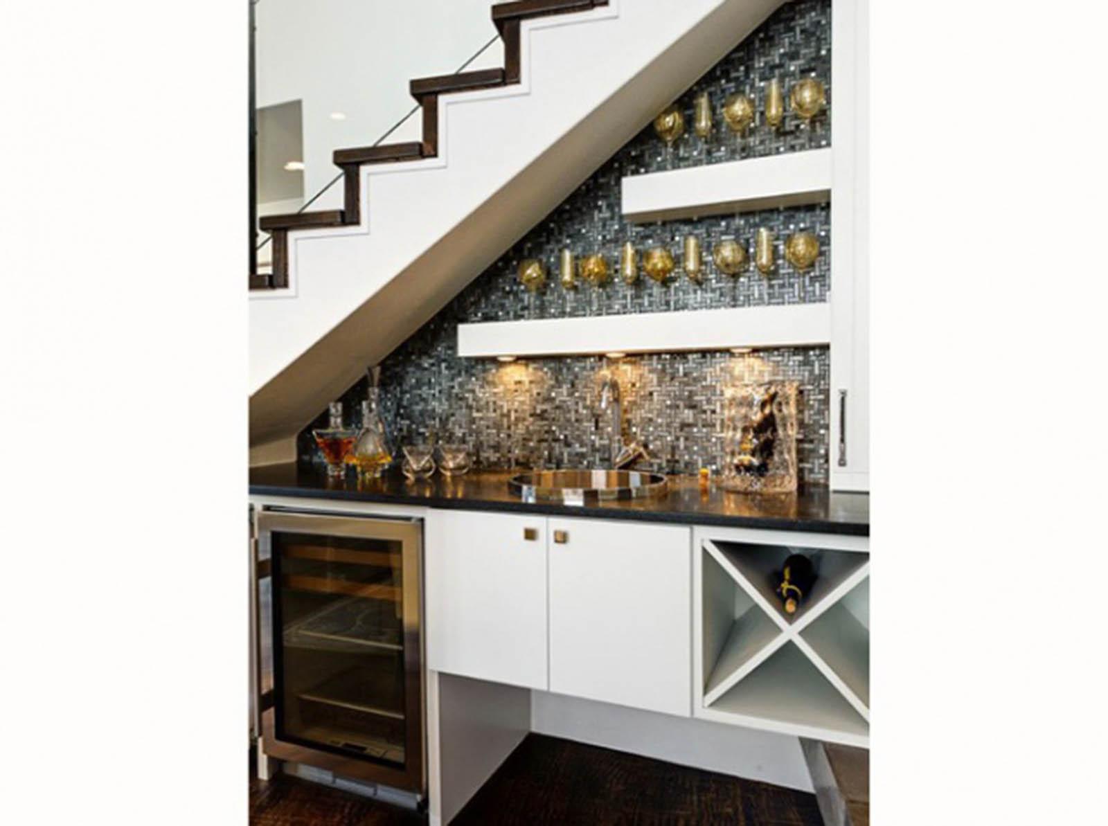 amenagement sous escalier tournant maison design. Black Bedroom Furniture Sets. Home Design Ideas