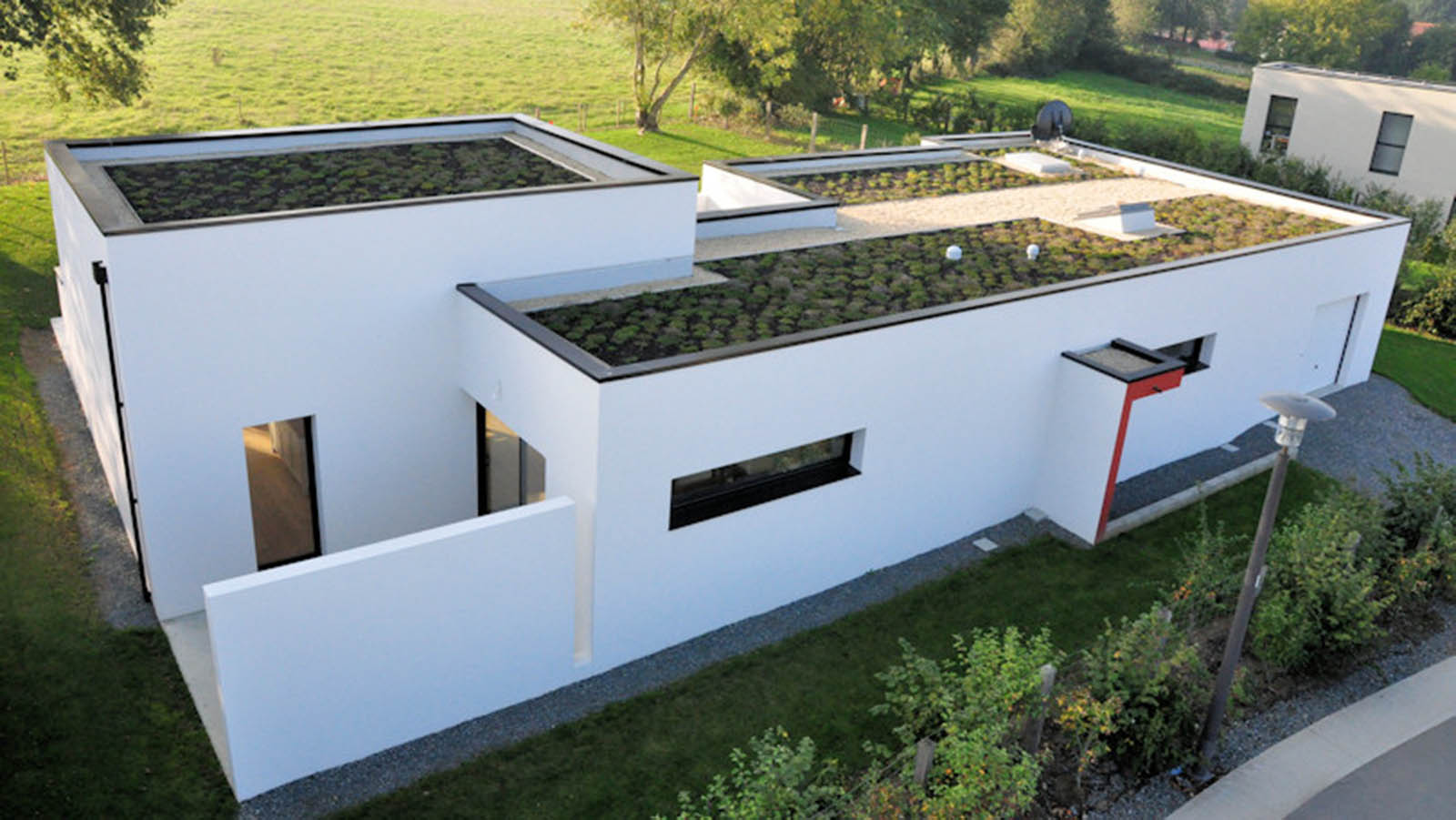 Panneau solaire toit plat la pose de panneaux solaires for Piscine vegetale prix