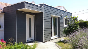 bardage pvc maison grise toit palt hotensais roses viving. Black Bedroom Furniture Sets. Home Design Ideas