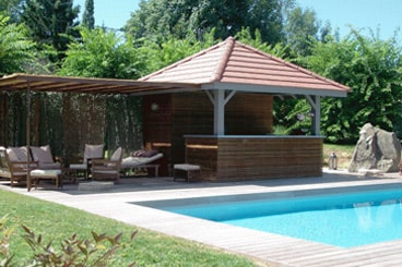 Am nager un pool house un lieu tout confort pr s de la for Construction pool house piscine